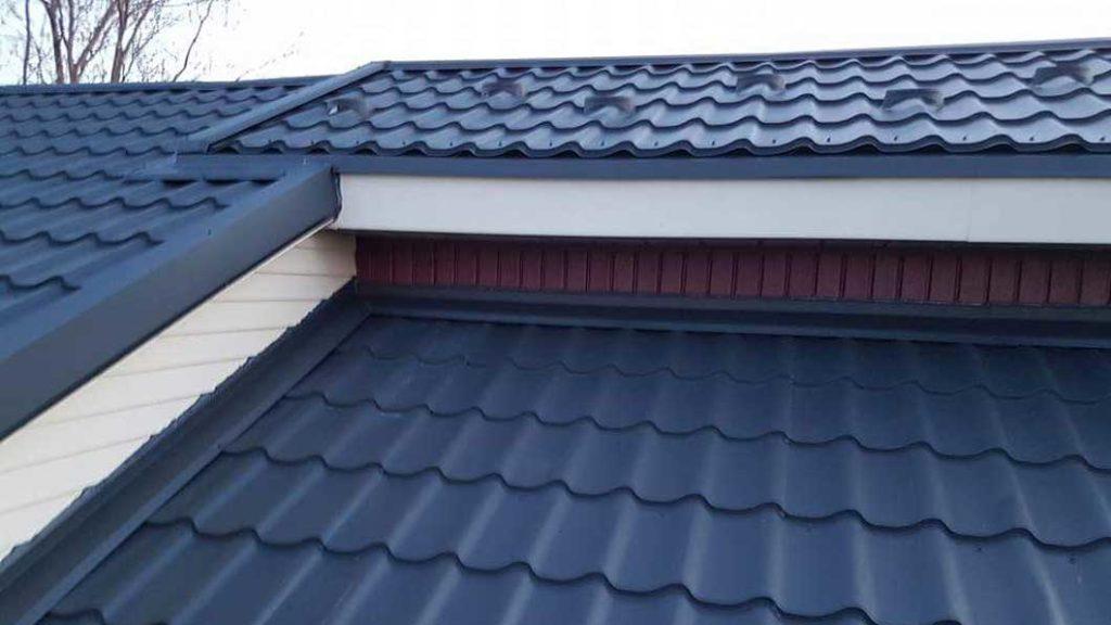 tigla metalica - tabla pe acoperisul casei