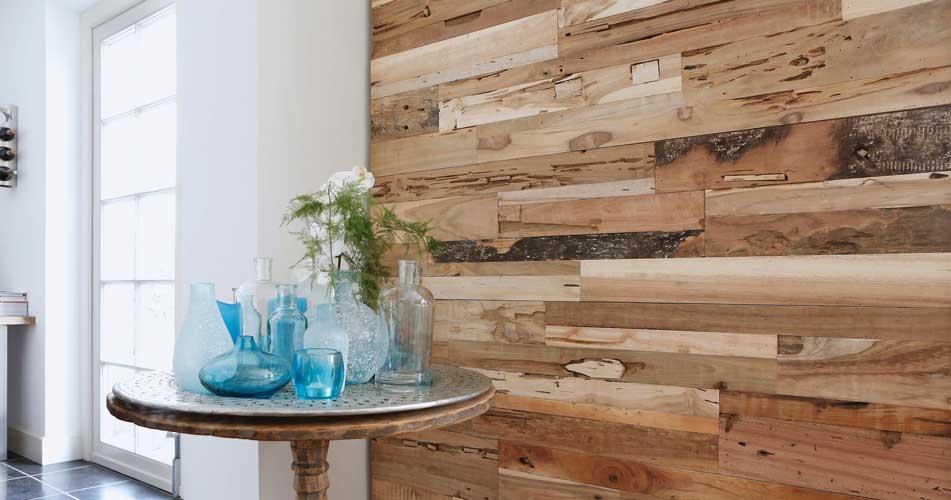 perete din lemn placat cu panouri decorative