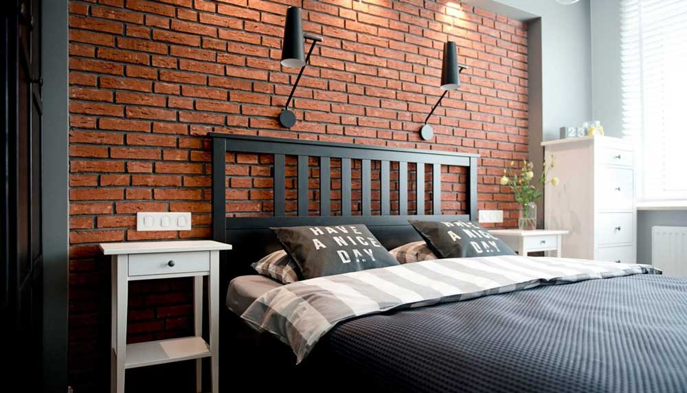 perete decorativ cu placi din caramida aparenta in dormitor