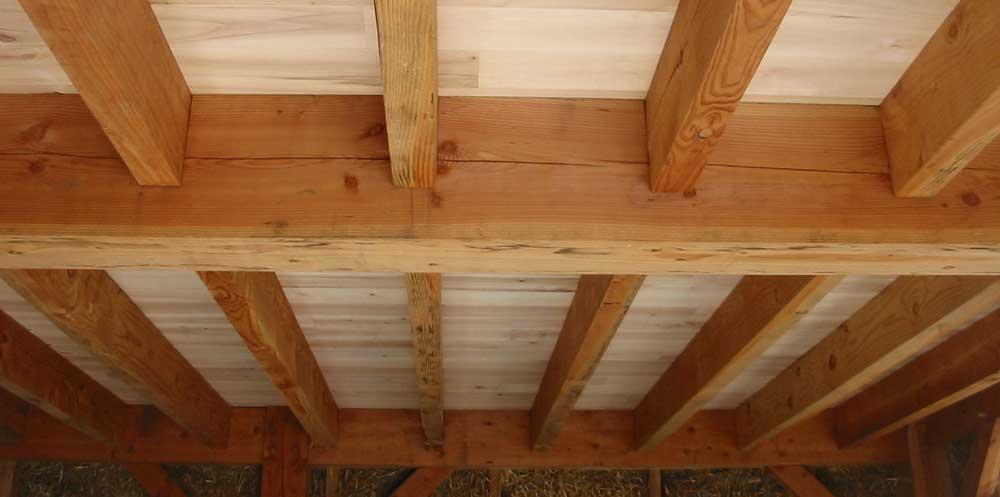tavan cu grinzi din lemn