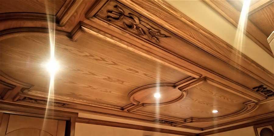 tavan cu placi si panouri decorative din lemn