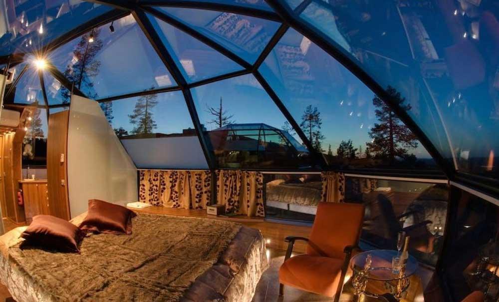 casa cu acoperis din sticla modern