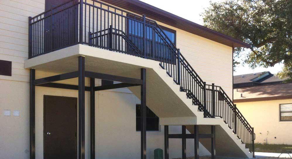 scara din beton la exterior pentru conectare niveluri