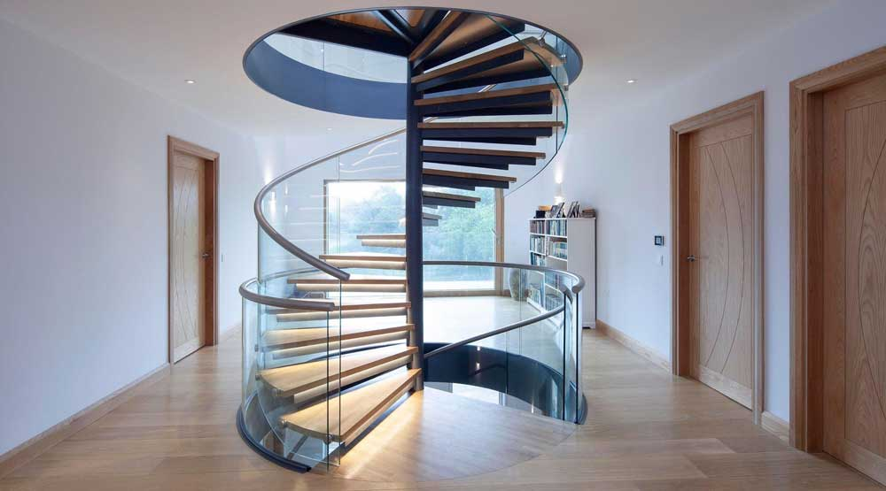 scara in forma de spirala din sticla si beton