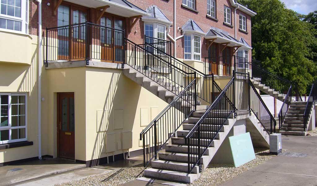 scari exterioare din beton cu rampe multiple