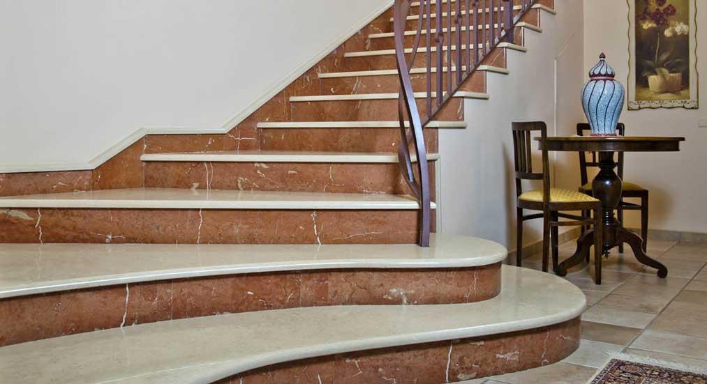 scara interioara cu trepte din marmura