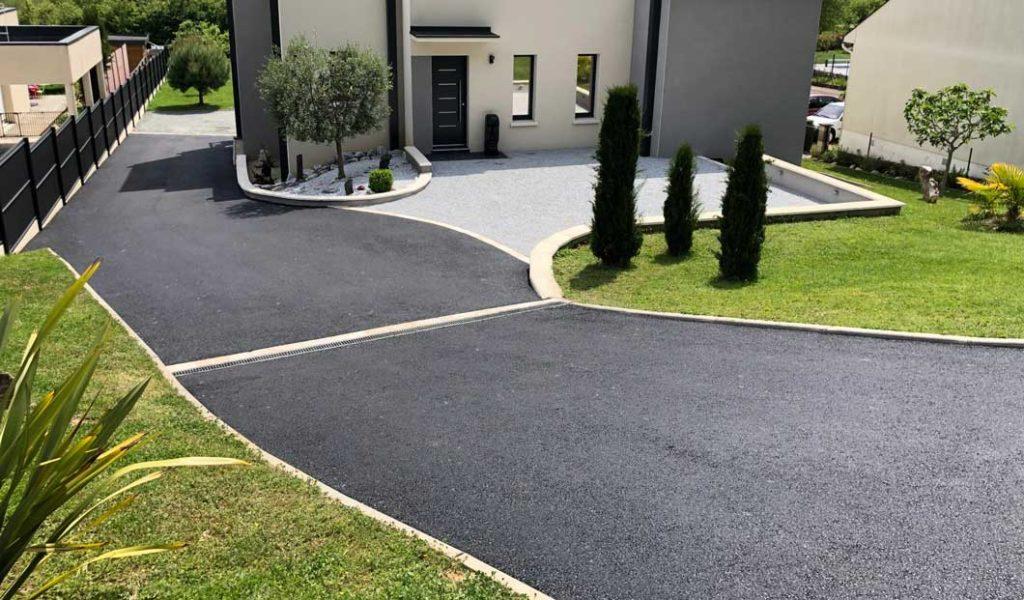 beton asfaltic in curte