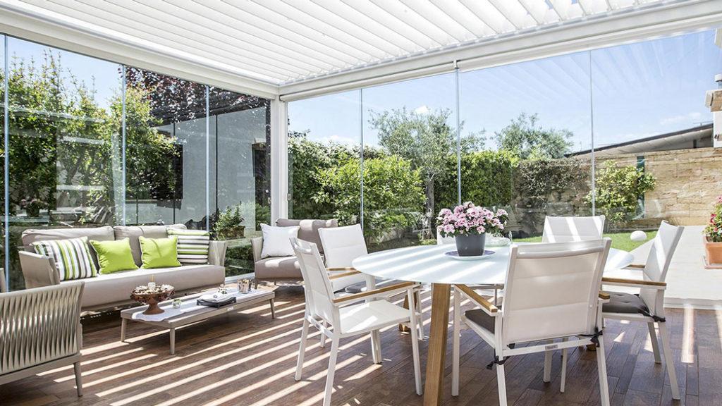 terasa pergola bioclimatica inchisa cu sticla