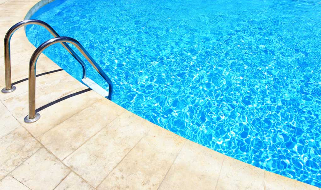 piscina cu apa filtrata