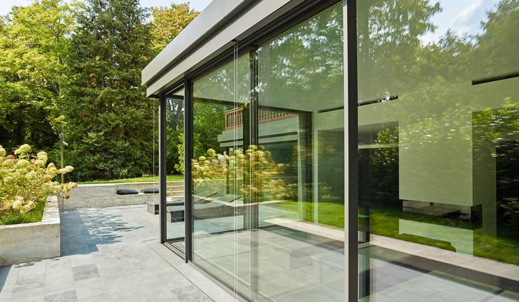 terasa inchisa cu sticla si structura metalica