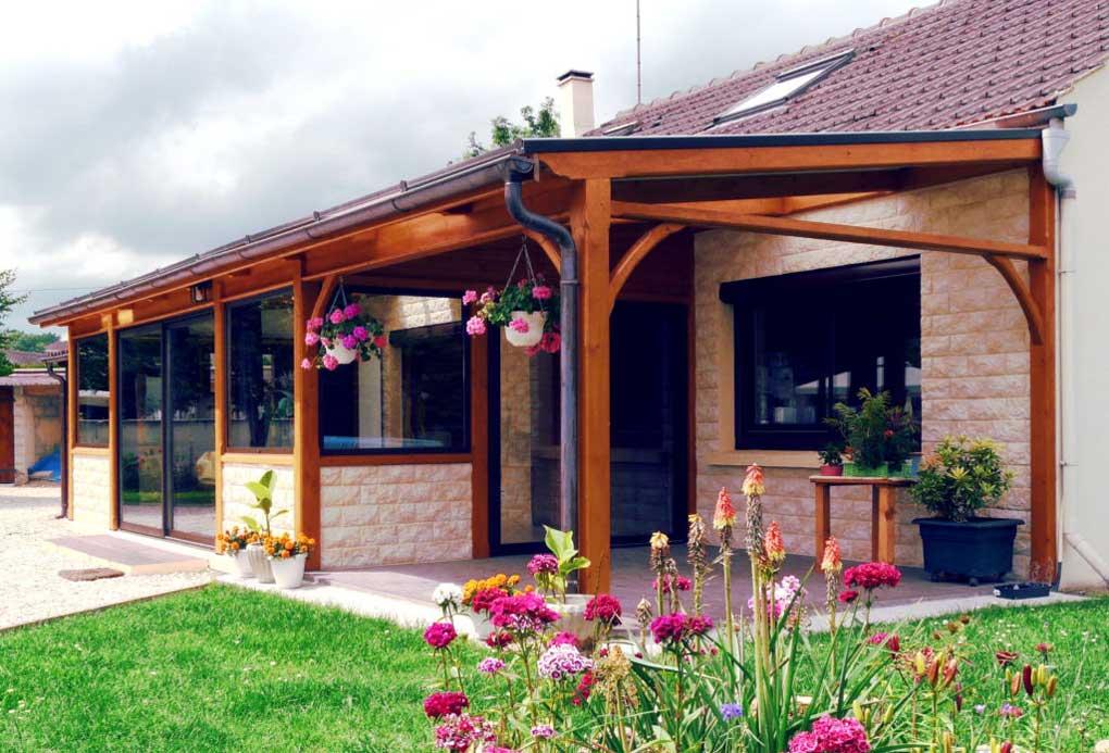 terasa cu structura din lemn acoperita